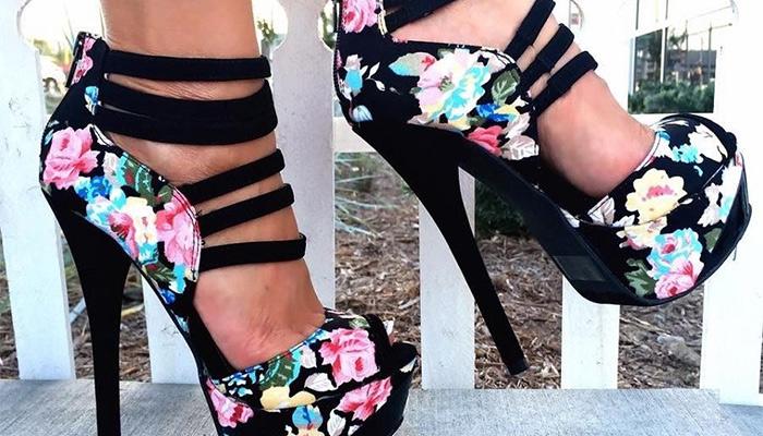 Cómo combinar zapatos floreados