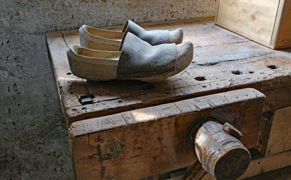 Descubre el origen del zapato Zueco - Trocadero Shoes
